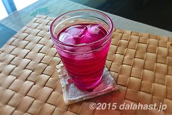 6~8月にしか手に入らない赤紫蘇を使って、ヘルシーな自家製ドリンクを作ってみませんか?作り方はとても簡単。お水、炭酸、焼酎などで割って楽しみます。ピンク色が鮮やかで気分も上がりますね。