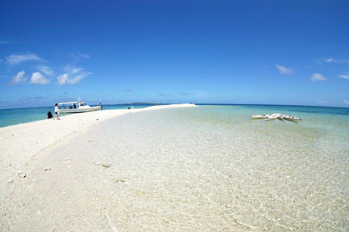 バラス島では、絵画のような景色が広がっています。陽射しを浴びてキラキラと輝く白砂と抜けるような青空のコントラストは、透き通る青い海の美しさを引き立てています。