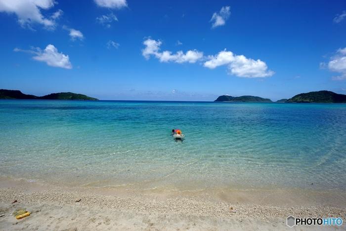 船浮集落内にあるイダの浜では、遠浅の透明な海が広がっており格好の海水浴スポットです。