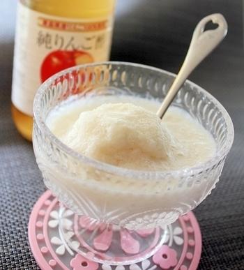 すべての材料に氷を入れてミキサーに。あっという間に、ひんやりフローズン豆乳ドリンクができあがります。おうちのミキサーが、氷が使用できるタイプかどうか確認してから作ってくださいね。