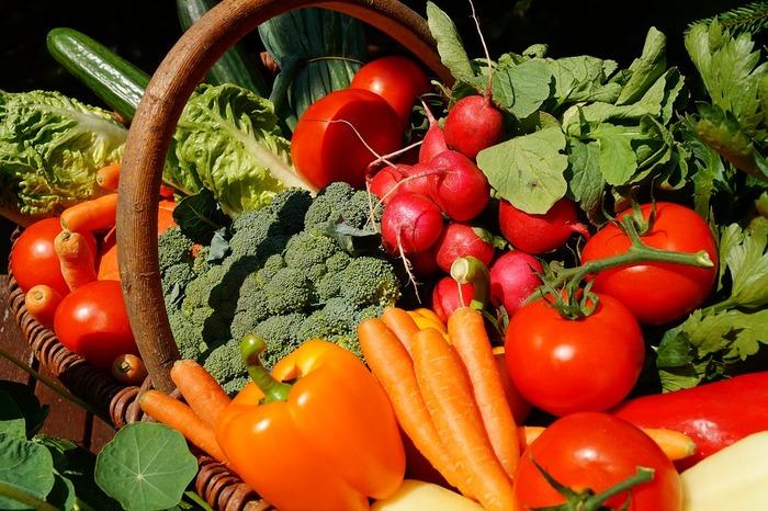 1日の野菜摂取量の目安は350gといわれますが、そんなにたくさん食べられないという方も多いのではないでしょうか?生で食べれば栄養も壊れにくいけれど、サラダばかり食べられないし…。でも、ジュースなら、栄養分はそのままに野菜を豊富に取り入れることができます。