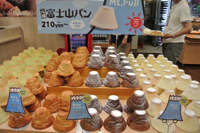口コミで評判の「富士山パン」。子供も大人も思わずテンションが上がる可愛らしさ。写真の左から抹茶、メープル、チョコブレッド、そしてメロン味。抹茶には小豆、メロンにはメロンクリームが中に入っています。