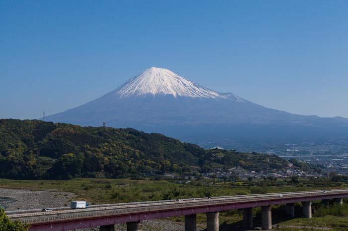 天気がいい日に「富士川サービスエリア」に立ち寄ったら、見事な富士の姿を撮影せずにはいられないはず。上り線にある観覧車に乗れば、さらに駿河湾まで望め、最高の景色です。
