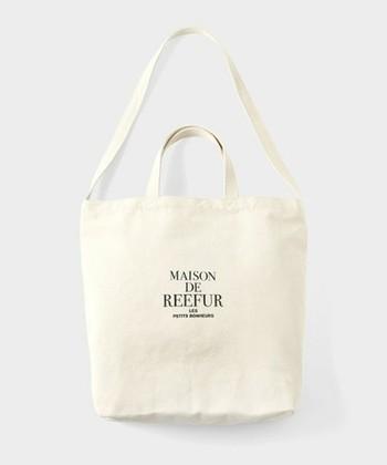 モデルの梨花さんがプロデュースしているブランド、「MAISON DE REEFUR(メゾンドリーファー)」。こちらのトートの特徴は、取っ手+ショルダーが合体したデザイン。マチもあるので荷物がたっぷり入ります◎