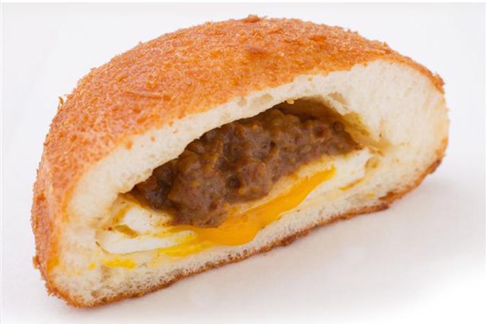 揚げた表面のカリカリと、中のパンのフワフワと、そして黄身がカレーに絡むトロ~リ♪が一口に溶け合う「半熟卵のカレーパン」。ほかにも魅力的なカレーパンがあるので悩むところですが、1つに絞るなら、この人気ナンバー1の味をまず試してみて。