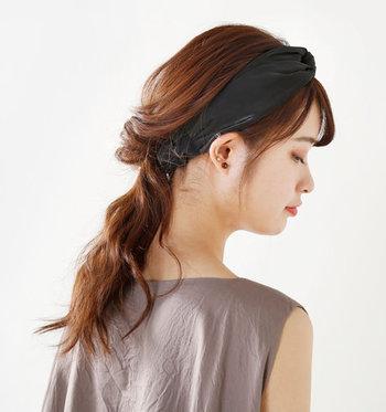 ヘアバンドは大人カジュアルにぴったりのアイテムです。ニット素材のものからベロアやサテン、コットンなどさまざまな素材や柄があるので好みのものを選んで。カジュアルコーデをスタイルアップさせてくれるヘアバンドは、ロングヘアー・ショートヘアー関係なしに楽しめるヘアアイテムです。
