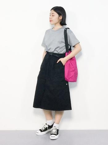 ライトグレーのTシャツに黒のスカートを合わせると、カジュアルスタイルも大人シックな着こなしに。パキッとしたピンクのバッグがアクセントとなりコーディネートに華やかさをプラスしてくれています。