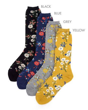 カジュアルダウン成功の鍵でもある靴下は、無地や柄物などさまざま。クラシカルな花柄はどんなテイストにも合いますし、柄×柄の組み合わせにも使いやすいので初心者さんにおすすめです。