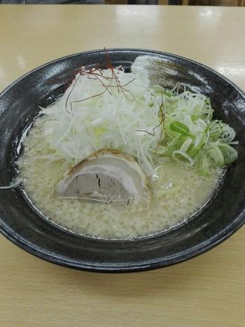 ラーメンまでも富士山モチーフ。こちらは、下り線のフードコートで食べられる「富士山ラーメン」。白ネギが富士を表しています。濃厚すぎないさっぱりしたとんこつスープがおいしい!
