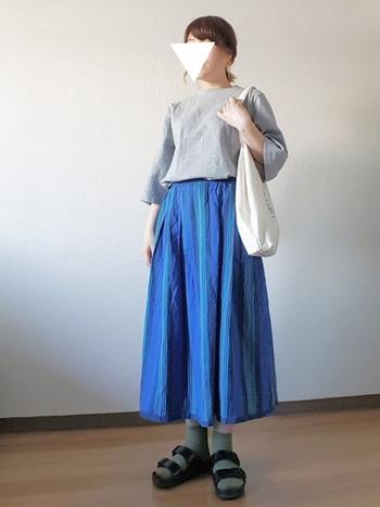 鮮やかな色が美しいブルー基調のスカートとグリーンのソックスは、グラデーションのようなリンク感が楽しめますね♪
