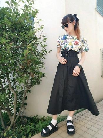 カラフルなセサミストリートの柄Tシャツを主役に、ブラックのミディスカートをプラスして大人っぽく。ボリュームのあるプラットフォームサンダルには、透け感のあるソックスを合わせると重すぎずちょうどいい感じに♪