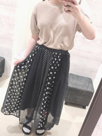 ドットも今年良くみかける柄のひとつですが、無地×小ドット×大ドットの組み合わせは子供っぽくなりすぎず、大人の女性もシックに着こなせます。ふんわりとしたシフォン素材も軽やかで、春~夏まで長~く着まわせちゃいます。そんな変化球の柄スカートには、くるぶし丈の白ソックス×サンダルで足元にも軽やかさを。