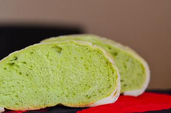 メロンパンのためだけに海老名サービスエリアに来る人もいるというほどの人気者が、こちら。下り線にあるパン屋『ぽるとがる』のメロンパンです。2018年には「48時間の販売数世界一」としてギネス記録を達成。その数はなんと27,503個! 一番の特徴は、生地が緑色でほんのりメロンの風味が感じられることです。口当たりはしっとり。