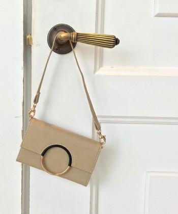 まるでハンドバッグのようなデザインのスマホケースも、シンプルなのでお仕事用にもOKです。ストラップがついているので持ち運びもしやすいですね。