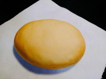 """岡崎サービスエリアは上下線集約型。東西どちらの方面に向かうとしても、ここにあるパン屋『パンのトラ』は要チェックです。特に人気なのは岡崎店限定の「岡崎おうはんクリームパン」。高級地鶏""""岡崎おうはん""""の卵が使われています。卵の殻をイメージして作られているという外側は薄いクッキー生地がサックリ。中には濃厚でなめらかなクリーム。他に類のない「絶品!と評価される味は見逃せません。"""