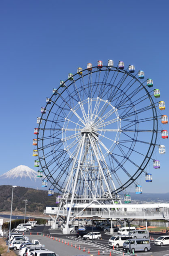 2017年2月にオープンした大観覧車「Fuji Sky View(フジスカイビュー)」。高さ60mから雄大な富士山が眺められます。36台あるゴンドラのうち8台はドキドキ感たっぷりのシースルー。足元も椅子もガラス張りで見通し抜群! イベントが行われている時には、観覧車の髪飾りをしているマスコットキャラクター「ふじひめ」に会えるかも。