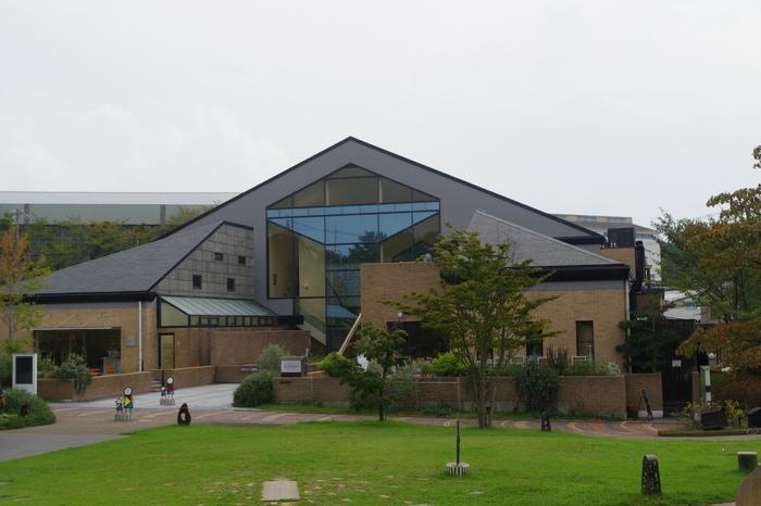 """INAX創業の地である愛知県常滑市にあるINAXライブミュージアムは、広い敷地内に「窯のある広場・資料館」「世界のタイル博物館」「陶楽工房」「土・どろんこ館」「ものづくり工房」「建築陶器のはじまり館」の6つの施設からなる""""ものづくりの心""""を伝えるミュージアムです。"""