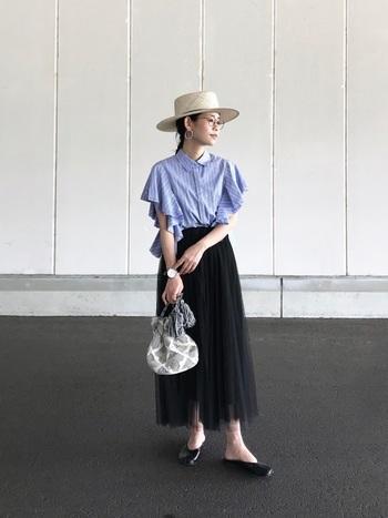 時には、シックなスタイルに合わせてみるのもオススメですよ。ストライプの涼しげなシャツは、袖にたっぷりフリルをあしらったフェミニンなデザイン。黒のロングスカートも透け感のあるチュール素材なので、軽やかなコーデにまとまります。