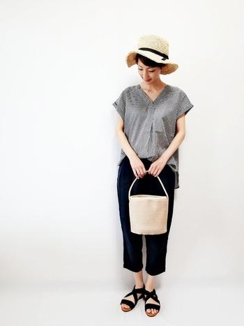 シンプルなパンツスタイルも、ハット一つでエレガントな雰囲気に。動きのあるつばがショートカットにもよく馴染みます。かごバッグを合わせて、さらに夏感をプラス。リゾート地のおしゃれにもぴったりです。