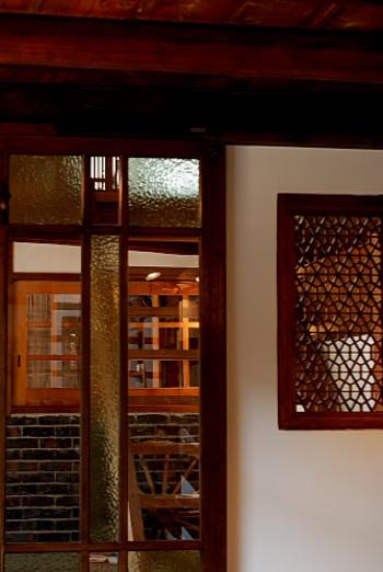 古民家を改装したセンスの良い店内。和式のシンプルな作りながらも美しい装飾にうっとりします。ゆったりくつろぎたくなる空間です。