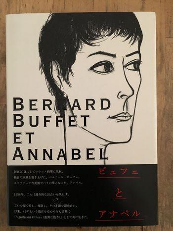 ベルナール・ビュフェ、ご存知でしょうか?黒の鋭い輪郭線による、力強いタッチが特徴的。第二次世界大戦後の鬱蒼とした空気感のある作品が多く、戦後の疲弊する人々の不安をリアルに伝えます。  その一方で、最愛の妻、アナベルとの出会いによって、優しい色調を感じさせる作品も。どれも強いエネルギーが感じられて、きっとあなたの胸を打つはず。