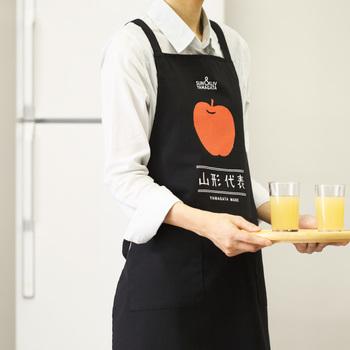 こちらは、毎日のお料理がなんだか楽しくなりそうな果物のエプロン。 個性的なものが好きなお友達へのお土産にもおすすめです。お気に入りの一枚を選んでみて下さいね!