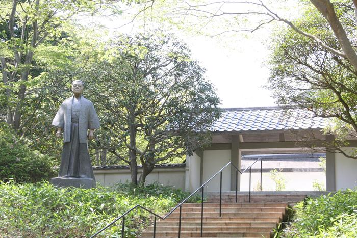 「ベルナール・ビュフェ美術館」に隣接する、「井上靖文学館」。日本を代表する小説家、井上靖の全著書や写真、自筆原稿等が展示されおり、生涯の軌跡を振り返ることができます。  井上靖は北海道生まれですが、幼少期は、伊豆の天城湯ヶ島や沼津で過ごしたそう。名作「しろばんば」や、「あすなろ物語」には、天城湯ヶ島での体験や自然風景が色濃く反映されています。このゆかりの地で読めば、より味わい深くなりそうですね。