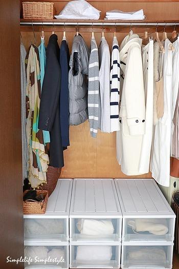 シンプルで美しいクローゼットを目指すなら、洋服の量を減らすのが一番の近道です。お気に入りの洋服しかかかっていないクローゼットなら、扉を開けた時のワクワクをいつでも楽しめますね。