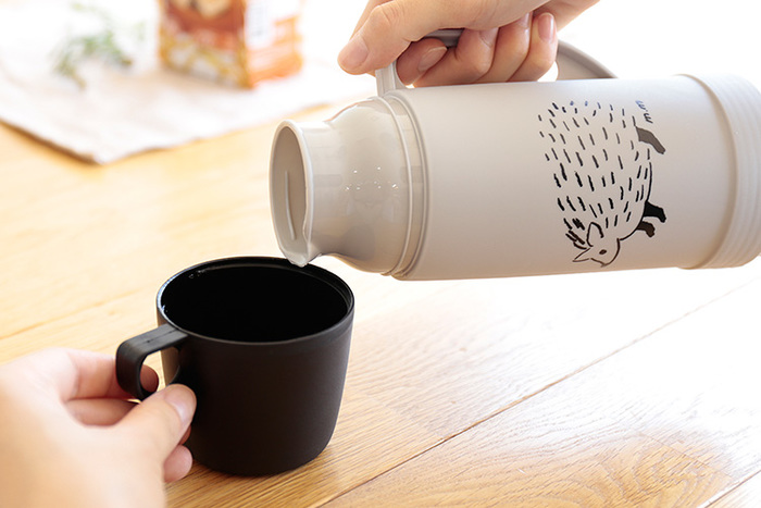 魔法瓶タイプで保冷性が高く、本体にもコップにも手に取りやすい持ち手が付いているのがうれしいですね。