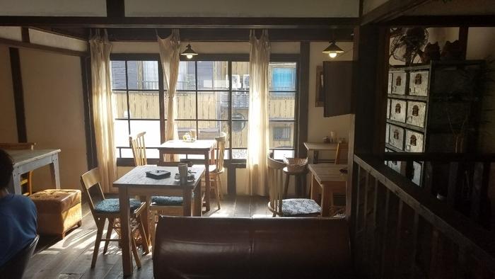 アンティークな家具が古い建物に溶け込み、優しい時間が流れる「ni:no」。1階が雑貨店、2階がカフェスペースになっています。古い建物が味わい深いですね。
