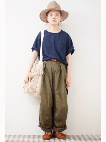 シンプルでボーイッシュなスタイルも、ハットやバッグなど小物の組み合わせ方でこんなに可愛くまとまりますよ。パンツの丈やTシャツの裾の出し方などに、さりげないテクニックを感じます。