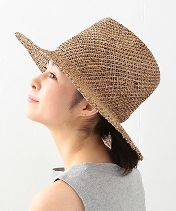 カンカンハットとは違う、ちょっとした個性が欲しい。そんな時にオススメなのは、クラウンが高めのサマーハット。涼しげな編み目と淡い小麦色が、夏の真っ直ぐな日差しによく似合います。