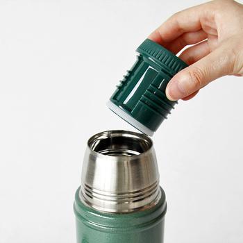 世界中の人々に愛され、軍隊でも使われるほど丈夫で機能性の高いスタンレーの魔法瓶。アーミーグリーンのボディカラーが夏のレジャーにぴったりです。