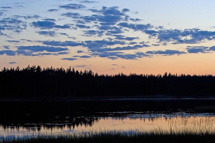 そのあとすぐ6~8月が夏となり、この時期になると地域によっては日が沈まない「白夜」を経験できますよ。冬の長い北欧にとって、夏の季節はまさにお祝い。6月21日前後の夏至祭は一年で一番といってもいい祝日なのだとか。また自然が厳しいため夏の期間にしか立ち寄れない場所も沢山あります。