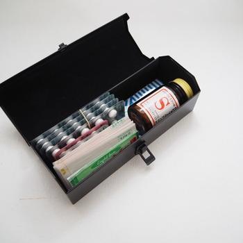 上記のアイテムでも救急箱として人気があるツールボックス。サイズも素材も豊富なので、お気に入りを選びやすくしかも丈夫。瓶類は寝かせて収納すればよく飲んでいる薬など浅めのタイプなら取り出しやすく、中もスッキリとまとまります。