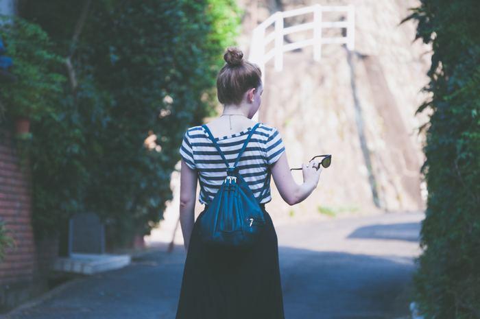 「立つ」・「歩く」という動作を普段何気なくしていますが、腰痛やぽっこりお腹の原因を作らないためには、こうした日常的な動作も正しい姿勢で行うことが重要です。立っている時や歩いている時に「いつの間にか背中が丸まっている…」という方は、以下の動画で紹介されている「正しい立ち方」を参考にしてみてくださいね。