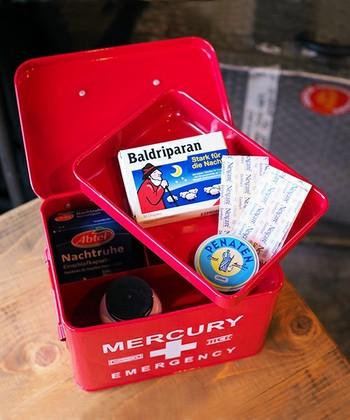 ポップなアメリカンテイストで人気の雑貨「MERCURY(マーキュリー)」の「エマージェンシーボックス」。明るいレッドのボックスは、お部屋を華やかにしてくれそう。中にトレーもついているので、使い勝手も良く、トレーの下にも仕切りがあるので、ごちゃごちゃしてしまいがちな薬類をキレイに収納できそう。