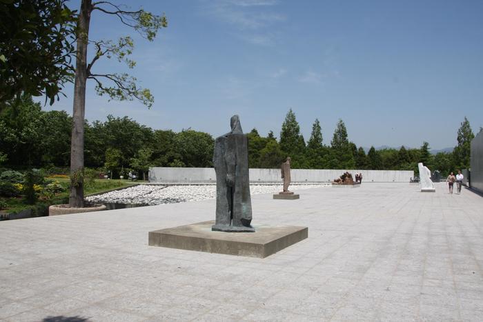 ヴァンジの彫刻には人間の多面性がダイナミックに表現されており、目の当たりにすると、きっと圧倒されるはず。