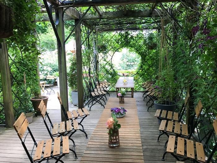 店内もまた緑でいっぱいで、心地よいですね。テーブルでも可愛らしいクレマチスが、お出迎えしてくれますよ*