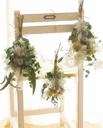 他の花材と合わせてナチュラルテイストのスワッグに。ふわふわでボリュームも出るので、お部屋のインテリアのいいアクセントになりそう。