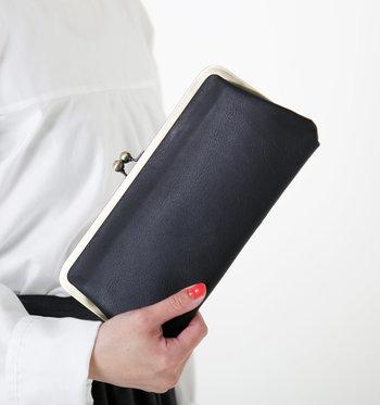 長細いタイプのがま口は、そのままクラッチとして使用したりと、幅広く使えるのが嬉しいところ。高級感のある革の素材で、キレイ目スタイルにおすすめです。