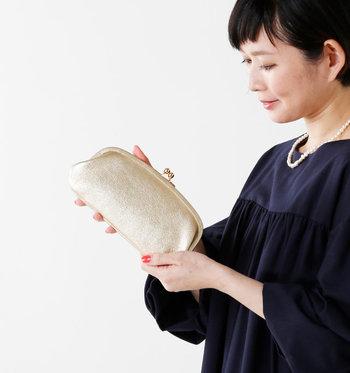 ぽってりと丸みを帯びたシルエットの長財布。シャンパンゴールドのレザーがゴージャス感を演出する、とってもオシャレなアイテムです。