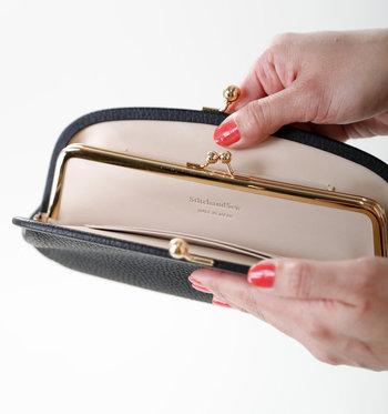中にも二重にがま口のポケットがついているので、カードやコインを整理しやすいのがポイント。手に馴染みやすいシボ加工のレザーと大きく開くがま口は機能的で、長く使いやすいお財布です。