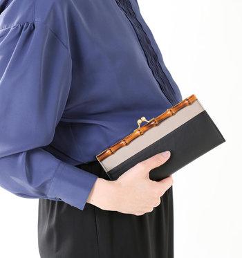 フチの部分を美しいバンブー素材であしらった、ちょっと個性的な長財布。天然素材のバンブー独特の風合いと上質なレザーの異素材ミックスが目を引きます。