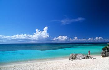"""""""ハテルマブルー""""と称される独特の青い輝きを放つ波照間の海。昼間は、吸い込まれそうなほどどこまでも澄んだ海も楽しんでくださいね。"""