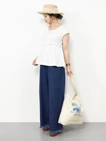 ホワイト×デニムという夏の定番スタイルに、フリンジハットでさらに爽やかさをプラス。デニムの裾もさりげなくフリンジになっているのが可愛いですね♪