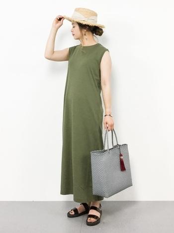 シンプルなロングワンピースも、ハット一つでキリっとした印象に。バッグのカラーも絶妙なアクセントになっています。
