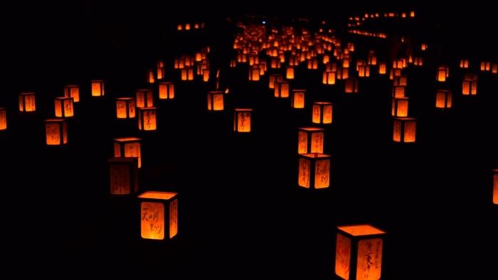 また、美星町ではお盆に自宅前に灯ろうを飾る風習があったことから、1999年から毎年8月に全国から募集した願いごとが書かれた約2,000個の「願い事灯ろう」を路上に飾る「天の川まつり」が開催されています。天の川に見立てた灯籠の光は星空に負けず劣らず幻想的な風景です。