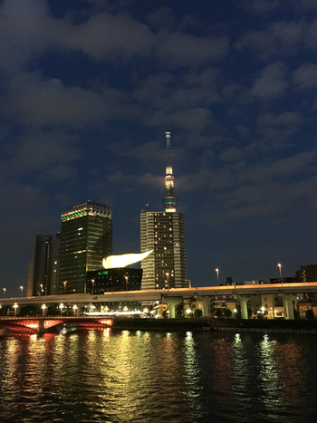 テラス席からはスカイツリーや隅田川が臨めます。夜10時までオープンしているので、夜景を楽しむこともできます。