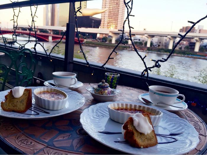 隅田川を眺めながらのティータイム。ケーキセットはケーキが2種類付いてくるのでちょっと贅沢な気分。